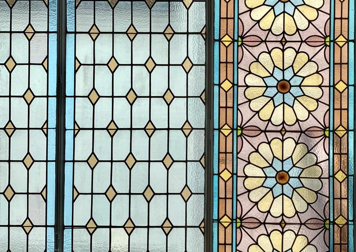 photo du plafond vitraux la Verrière