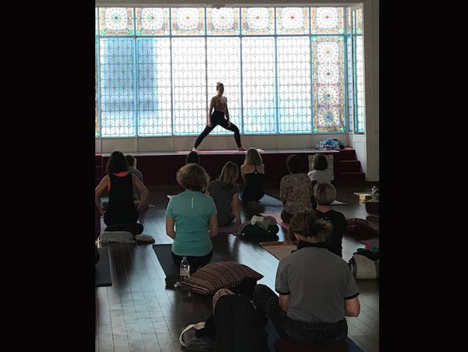 image natacha st pierre pendant un cour de yoga à la verrière